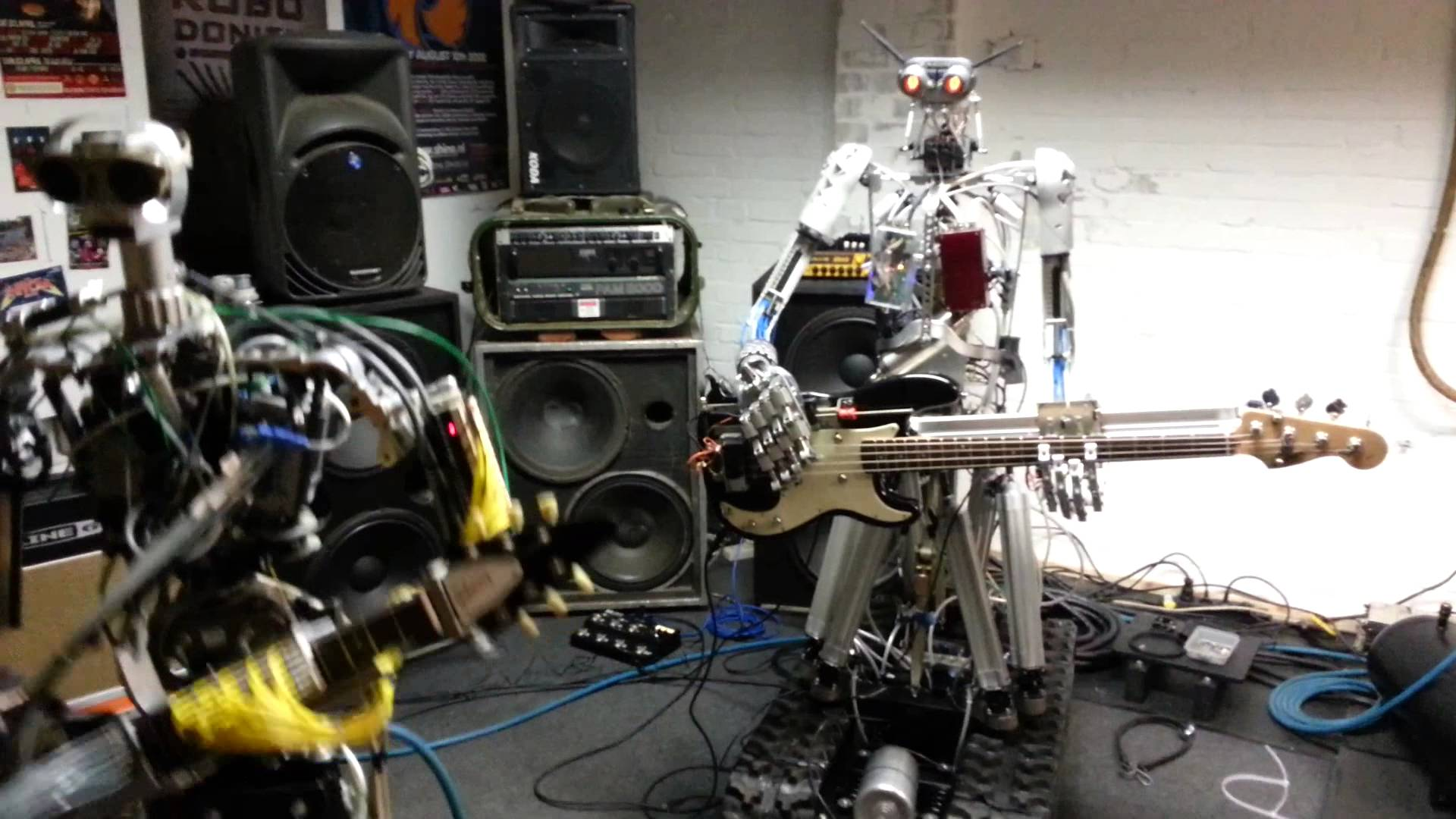 Formatie de Roboti,Cantand DEMENTIAL