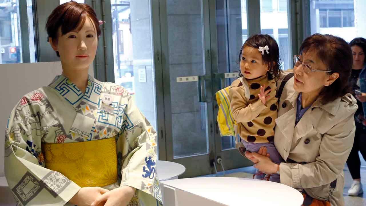 Un robot umanoid cu sistem Android i-a întâmpinat pe clienții unui magazin din Tokyo (VIDEO)