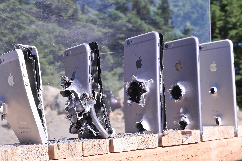 (VIDEO) De câte telefoane iPhone este nevoie pentru a opri un glonţ de AK-74?